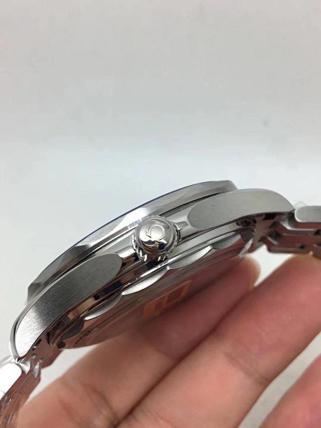 Replica Omega Crown on Case